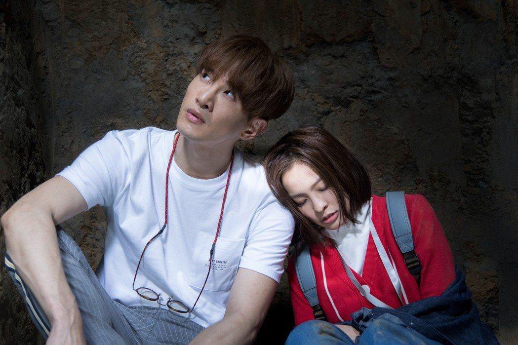 張立昂(左)與葉星辰在「三明治女孩的逆襲」第一集落難坑洞中。圖/台視提供