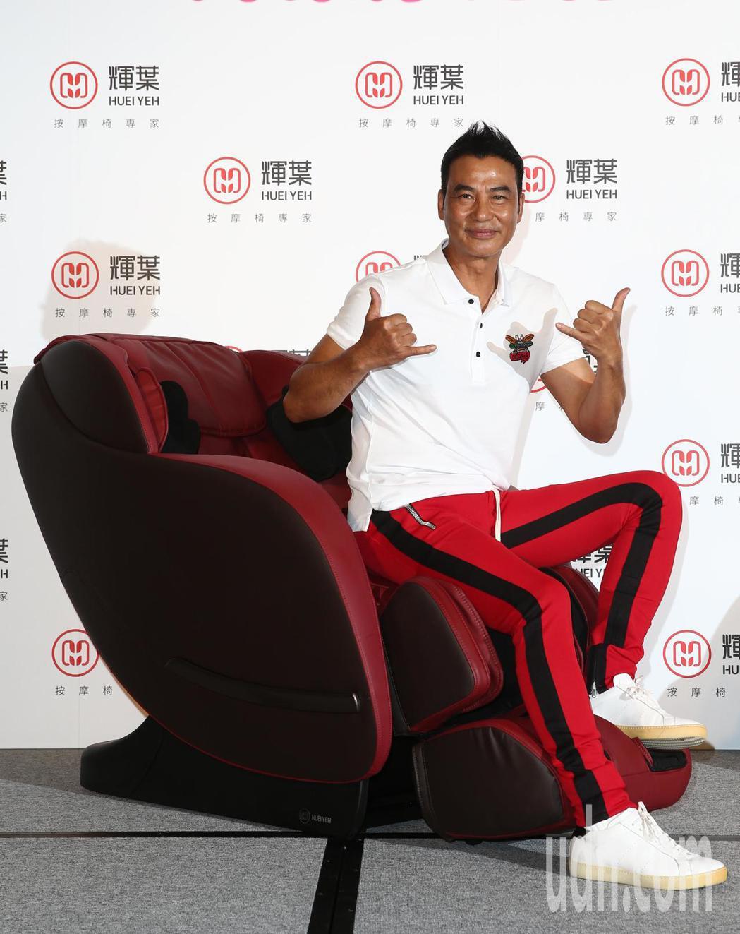 任達華下午第四度代言按摩椅,渾身是勁的他完全看不出來60幾歲,他表示媒體報導不要...
