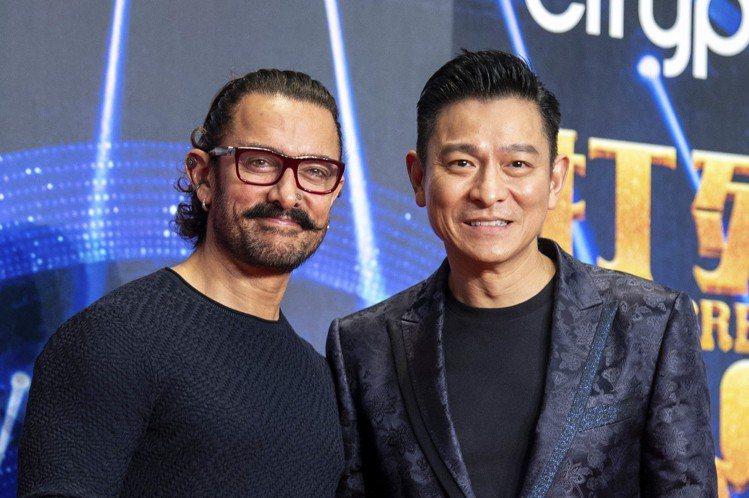 多年來被粉絲暱稱為「印度劉德華」的寶萊塢巨星阿米爾汗,15日到香港宣傳新片「神秘巨星」時,終於第一次見到劉德華本人。首度相見的兩人彼此慕名已久,興奮之情溢於言表。阿米爾汗說,劉德華的眼神跟他很像;劉...