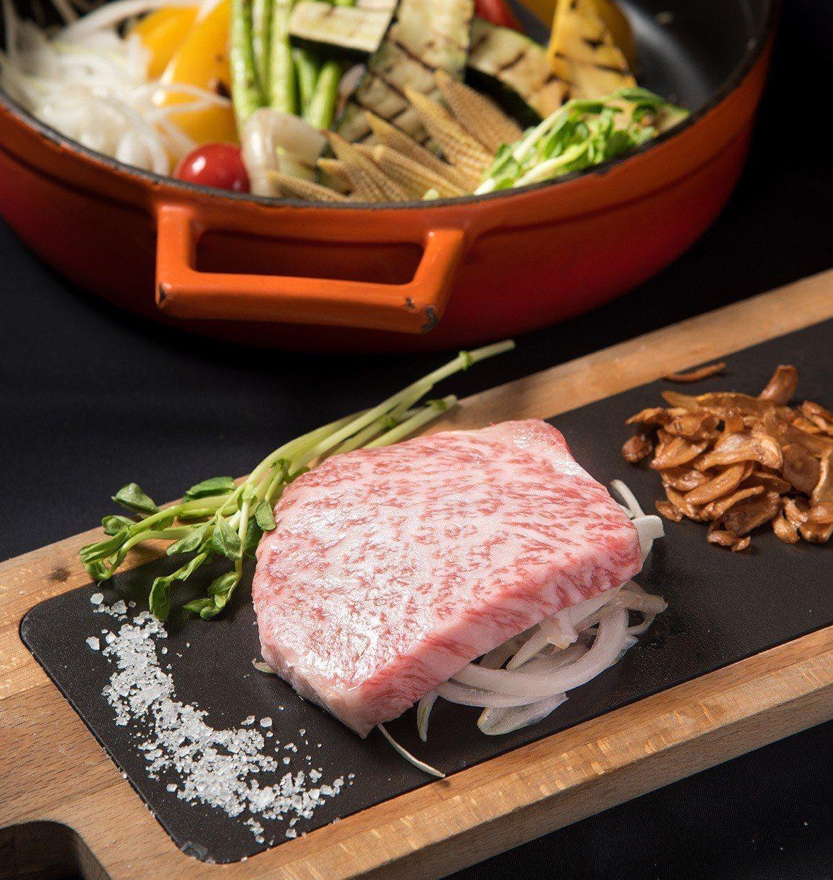 高雄英迪格酒店春季推出牛之饗宴,一次匯集多國肉品,滿足愛肉一族饕客的味蕾。圖/高...
