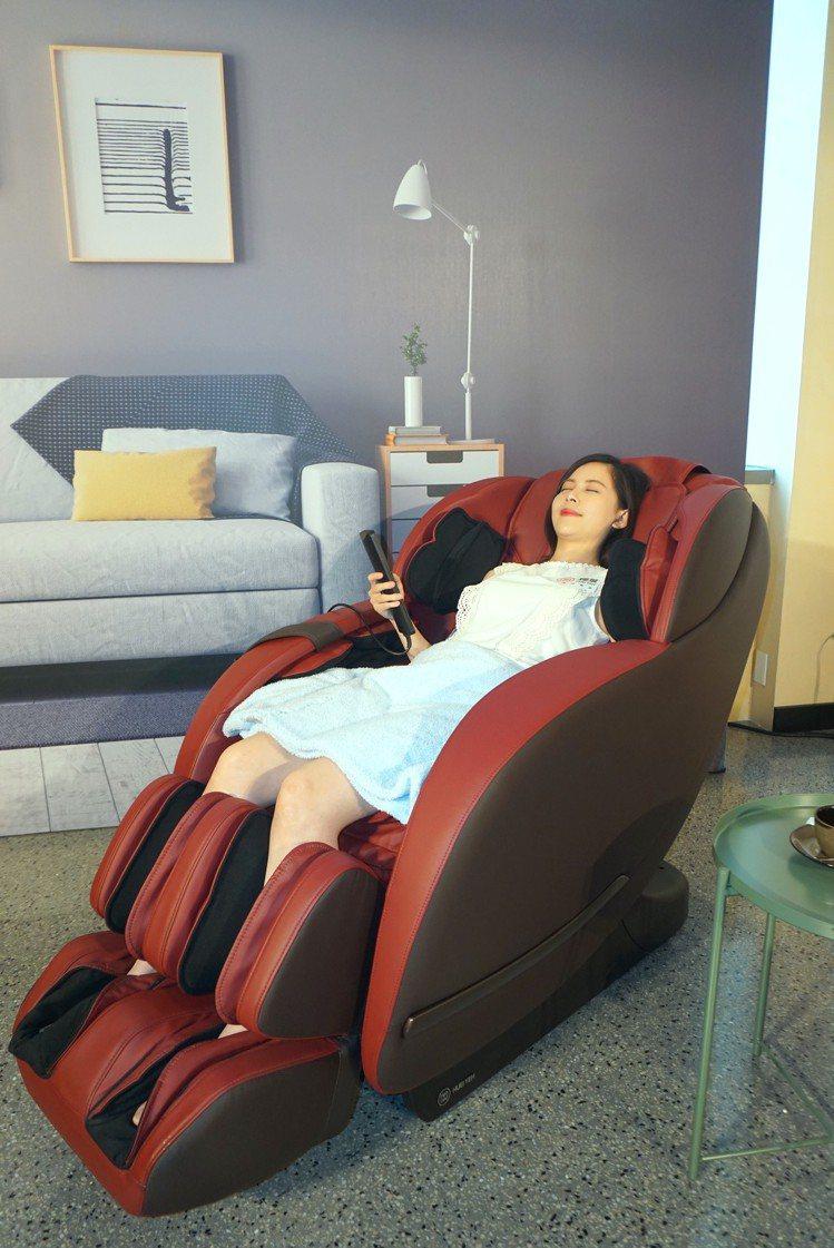 原力臀感按摩椅強調超長臀感按摩軌道,搭配零重力懸浮按摩效果更加強。記者黃筱晴/攝...