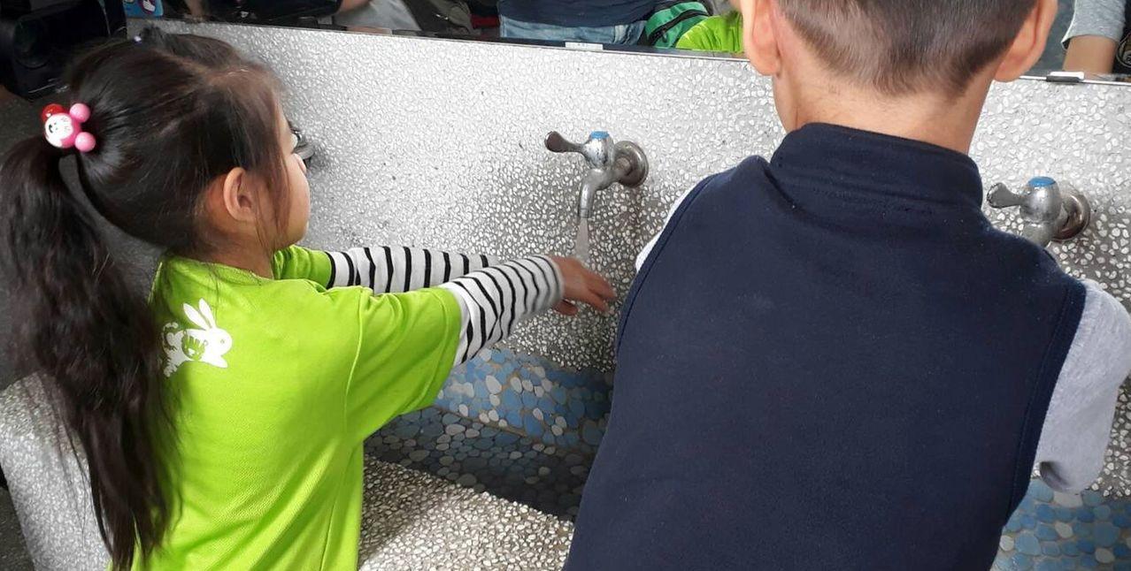去年起腸病毒重症個案有5成是感染D68型,因此平日「多洗手」仍是保護健康的重要動...