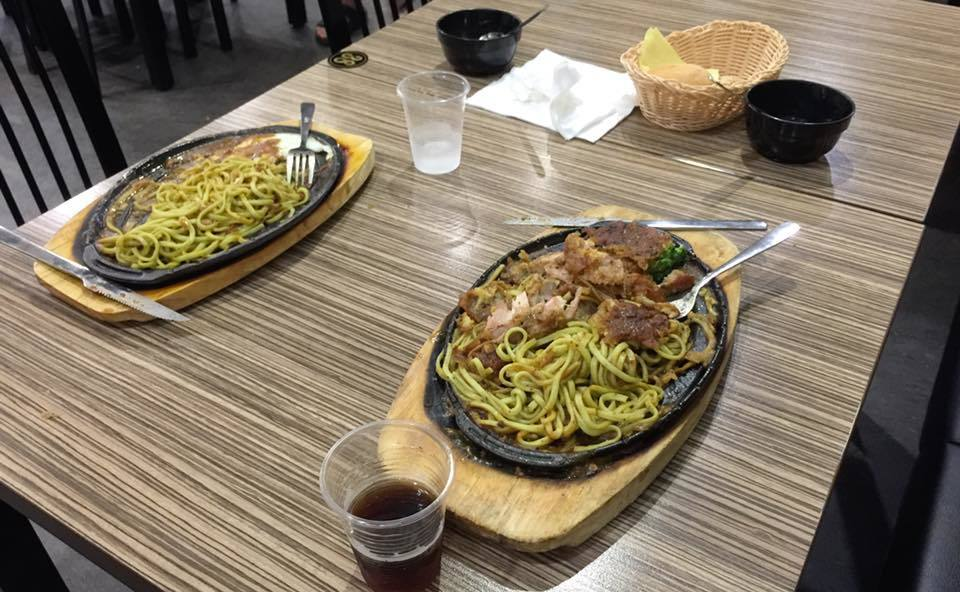 兩年輕人用完餐離去後,剩下的「廚餘」竟是幾乎都沒動的鐵板麵,雞排排餐的雞肉更剩下...