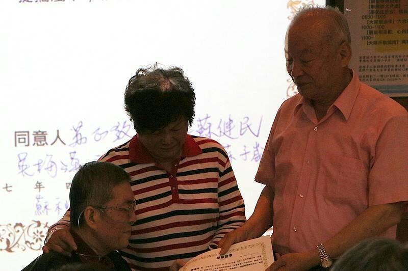 年僅52歲的蘇健裕,在生命最後一哩路邀親朋好友舉辦告別會,接下七旬父母頒給他的人...