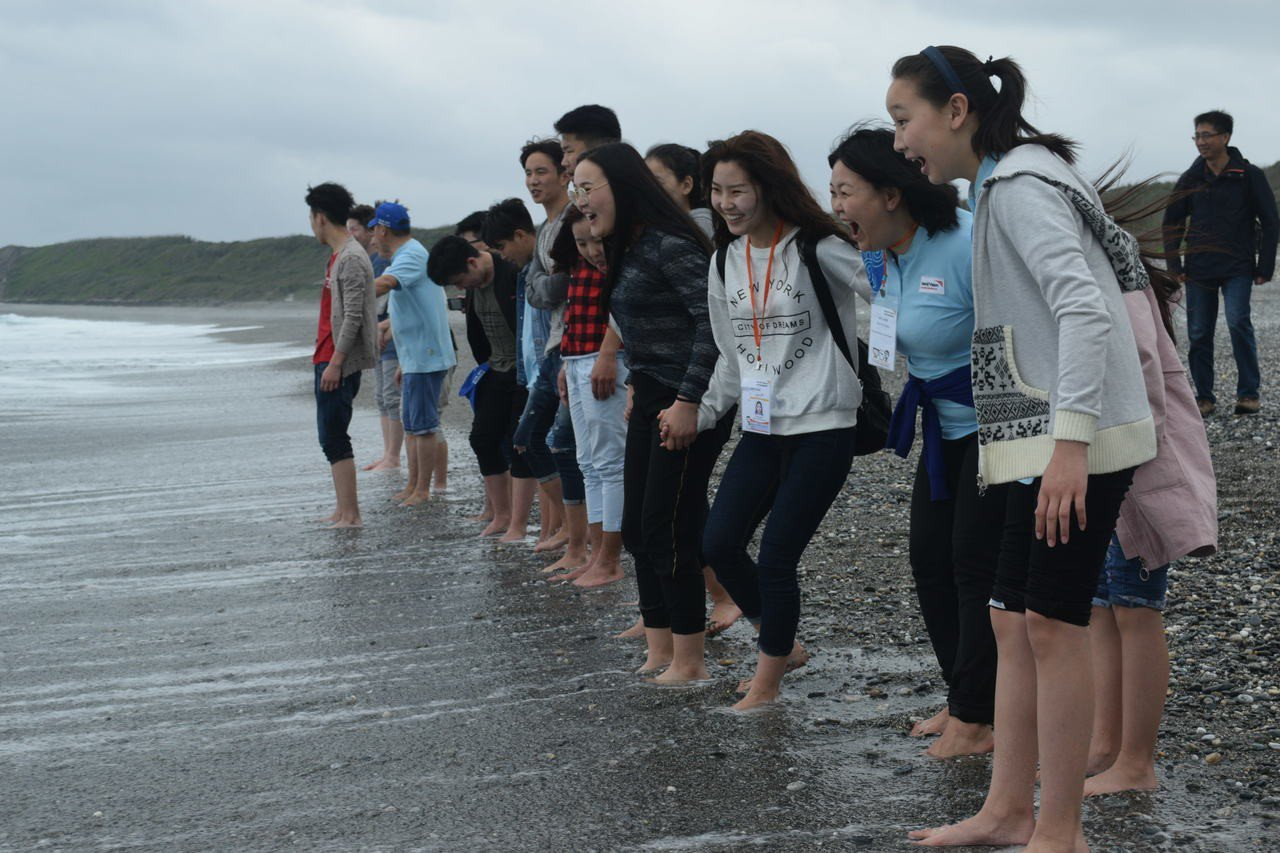 蒙古的孩子開心的奔向海水、觸摸冰涼的海水。圖/世界展望會提供