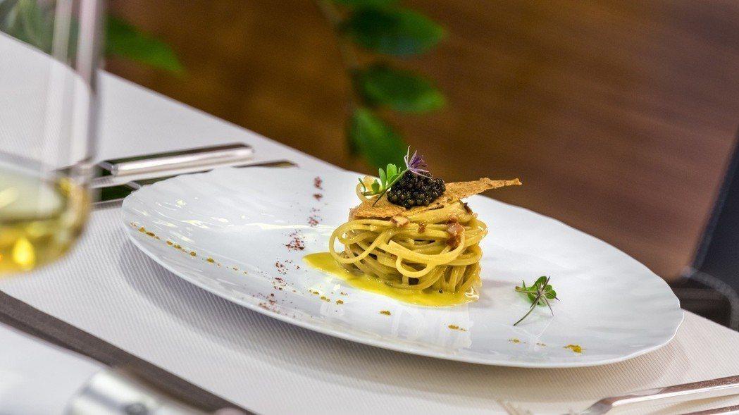 Jasmin餐廳招牌菜色蛋黃義大利麵襯魚子醬。圖/台北文華東方酒店提供