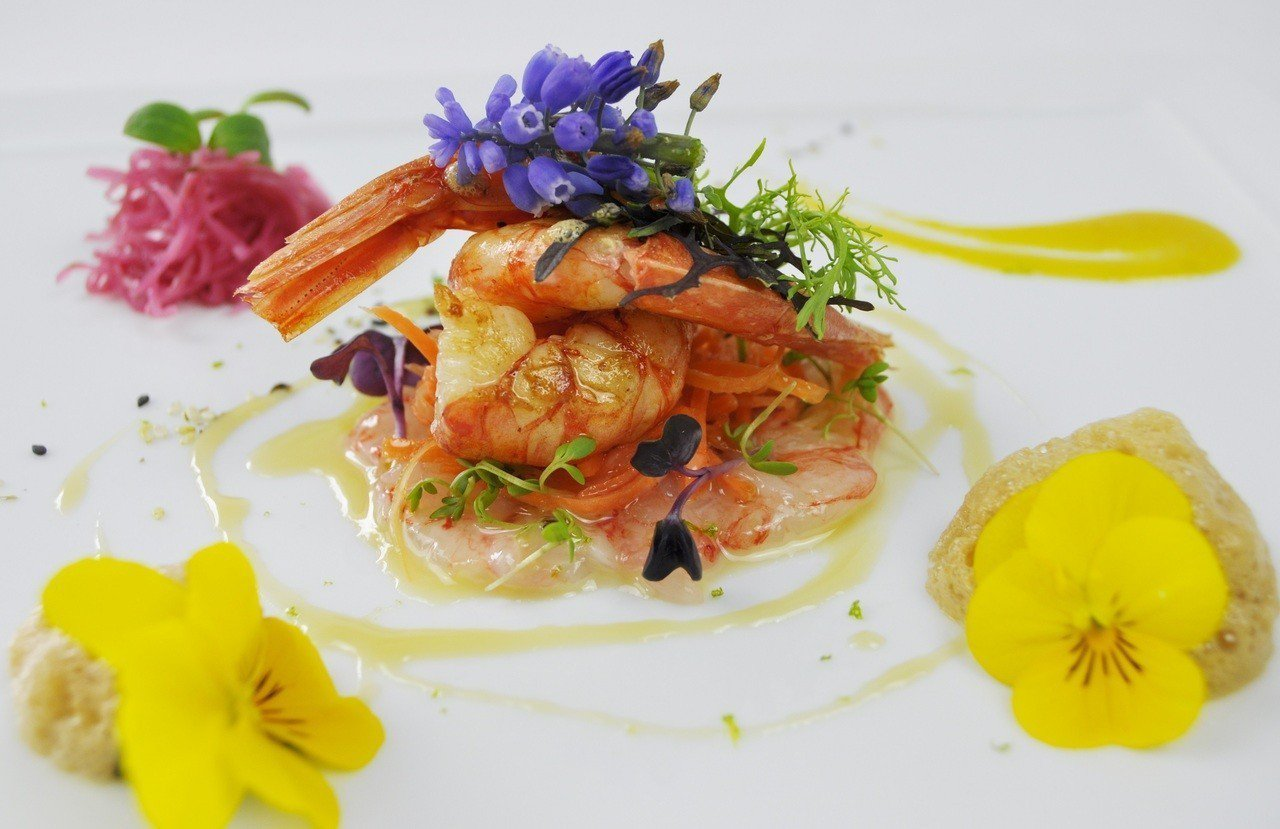 Jasmin餐廳招牌菜色紅蝦薄片刺身,運用食材天然顏色,為饕客視覺帶來衝擊,也反...