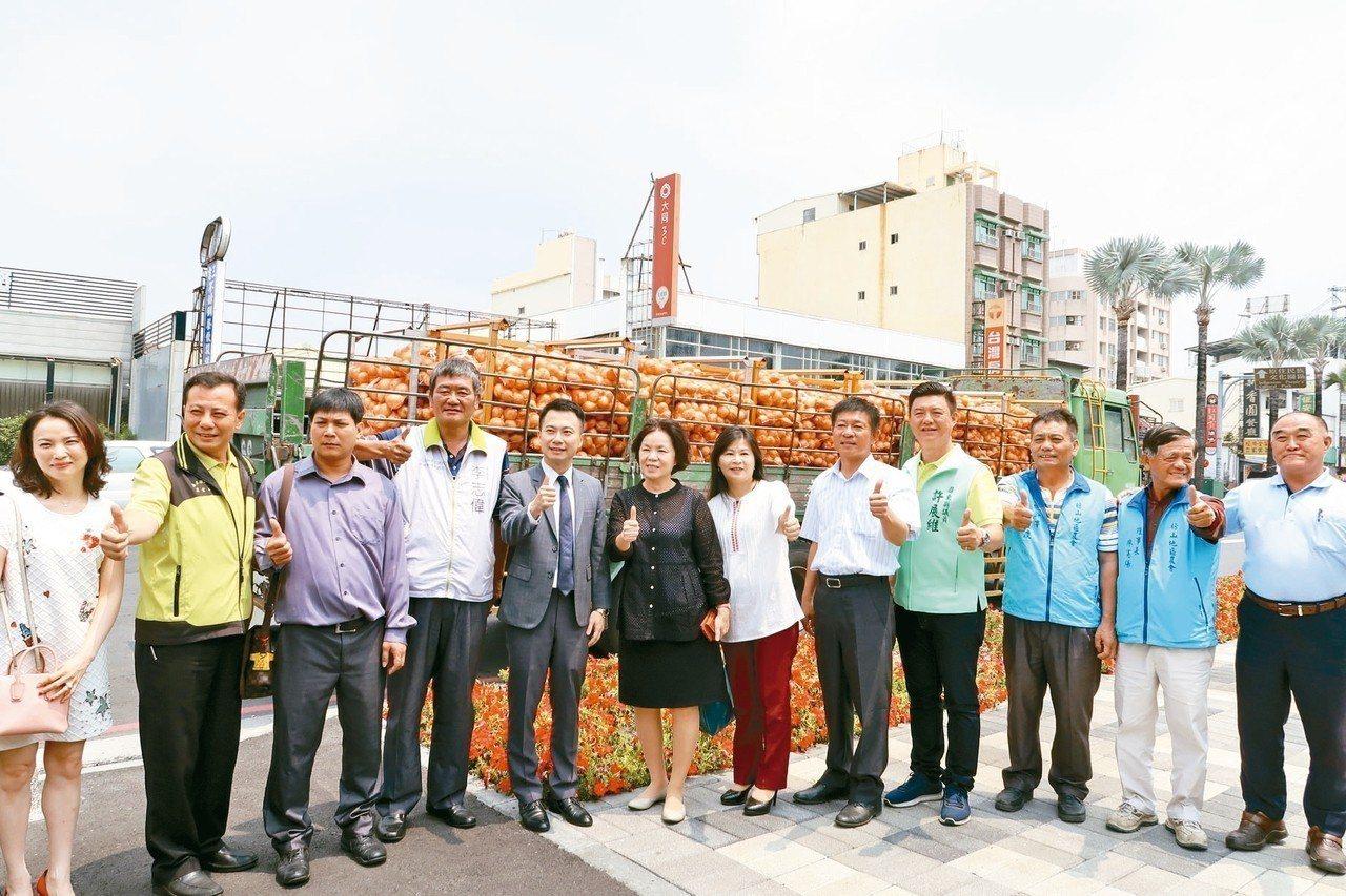 屏東縣政府發起企業認購洋蔥,獲得熱烈響應,總計購買6千袋洋蔥運往台北。 記者翁禎...