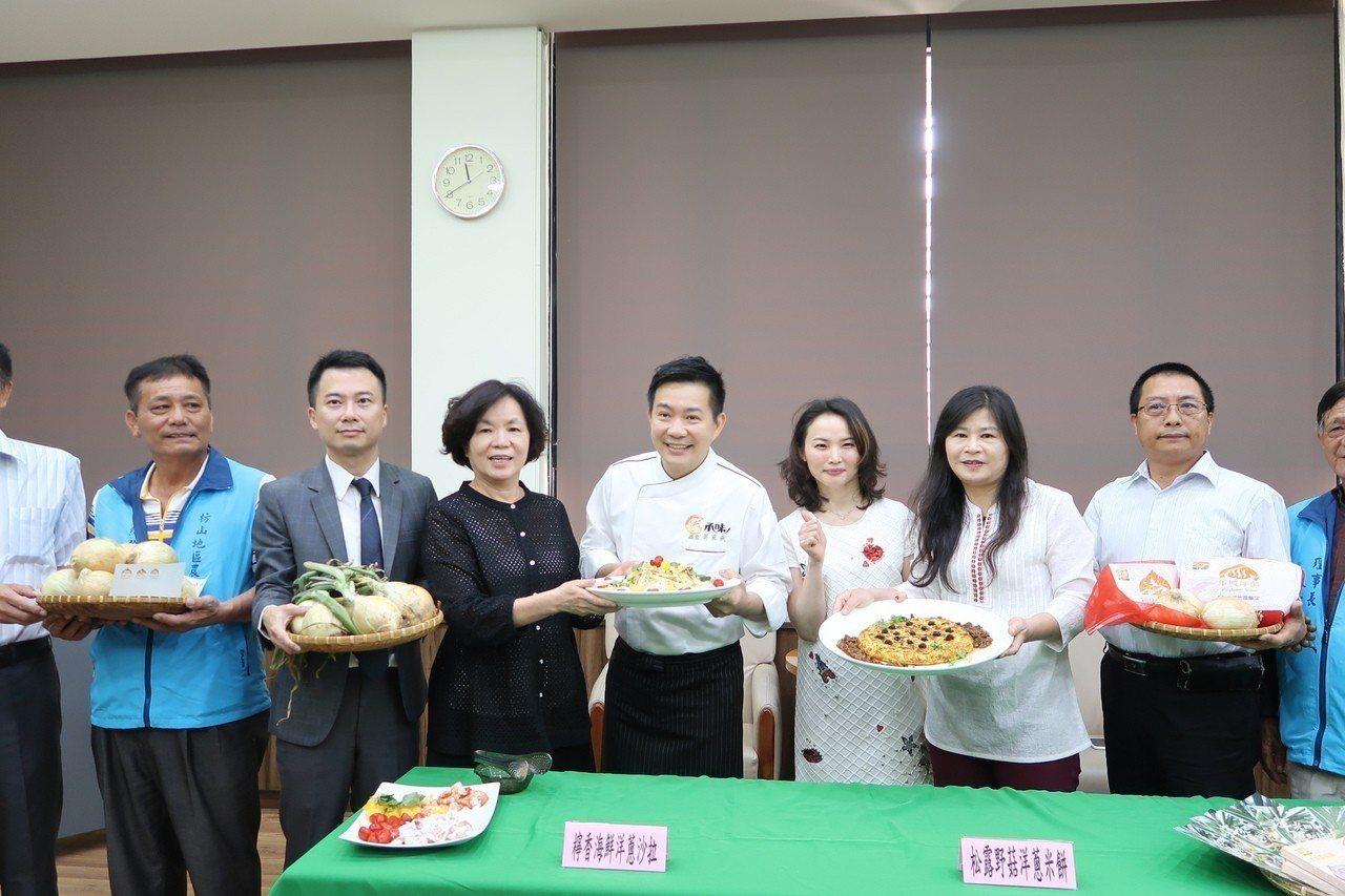 縣府昨天還請來型男主廚示範洋蔥料理。 記者翁禎霞/攝影