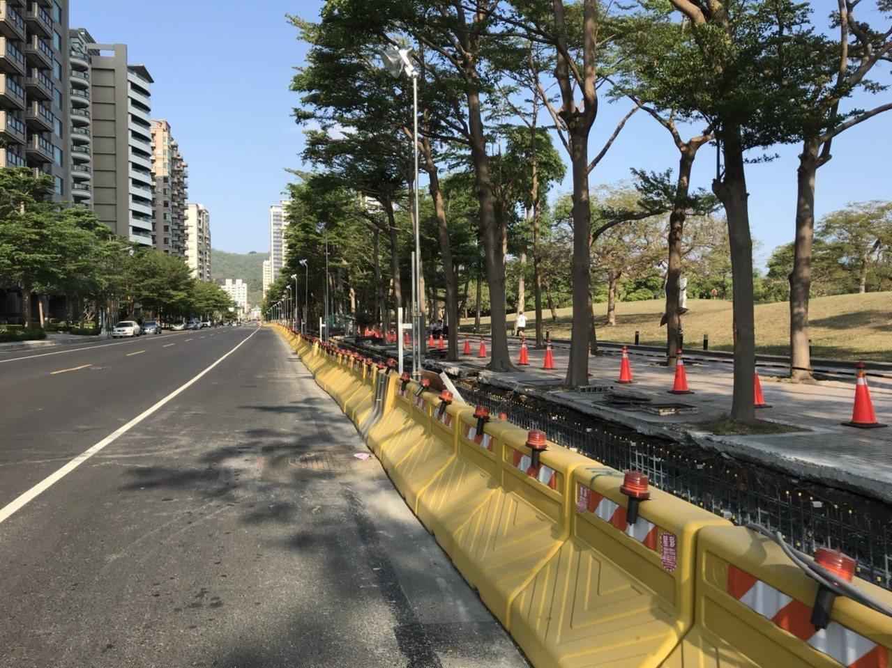 高雄輕軌二階行經美術館路段,目前正在進行人行道削減工程,以維持美術館路單向行車空...