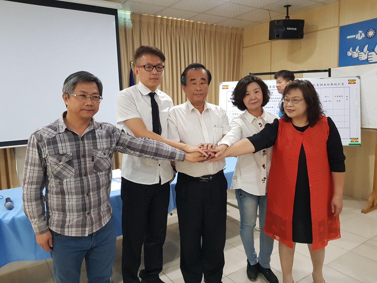 國民黨台南市黨部昨天公布市議員第3選區的民調結果,由尤榮智(中)勝出,與其他登記...