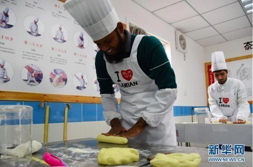 來自孟加拉的阿里夫在搓麵。 新華網