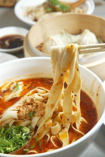 蘭州牛肉麵有「一清二白三紅四綠五黃」特徵,被大陸商務部評為「中國十大麵條」之一。...