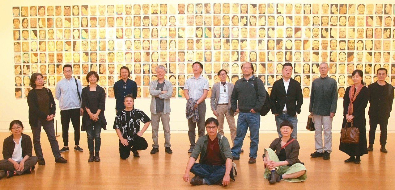 圖三:「一九八三,大度山」展覽開幕,所有參展藝術家在魏禎宏的三五二件「閉上眼睛」...