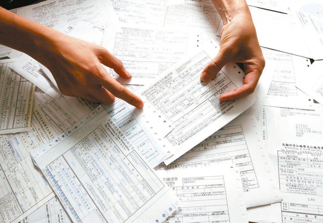 我國綜合所得稅採家戶申報制度,納稅義務人只有在年度中結婚或離婚,才可選擇和配偶分...