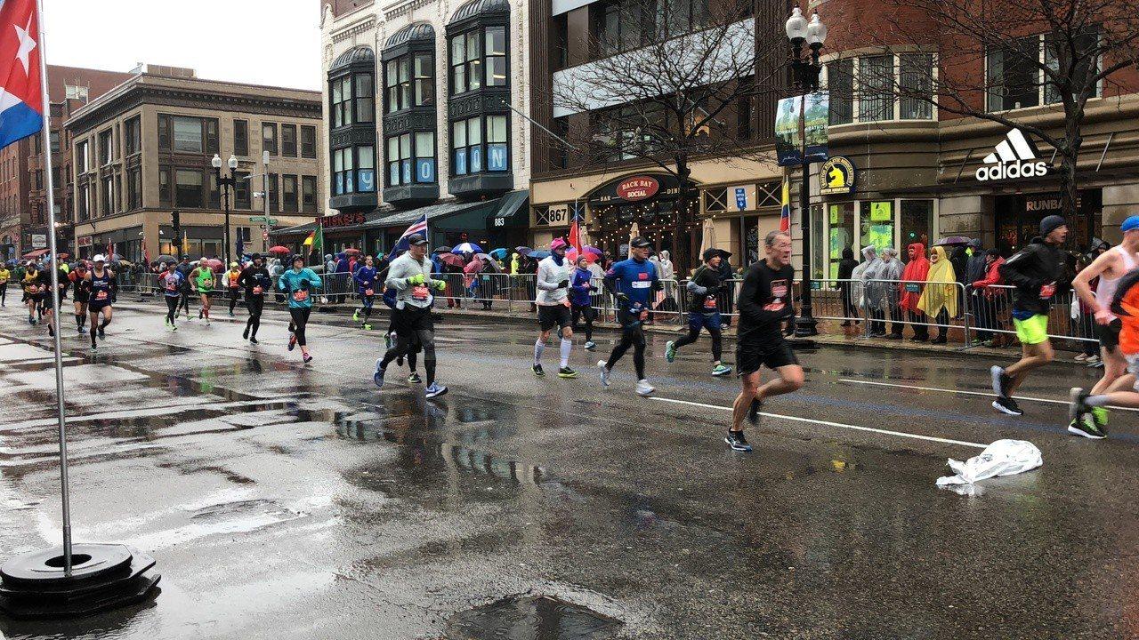 波士頓馬拉松 風雨中挑戰自我 記者劉晨懿之攝影