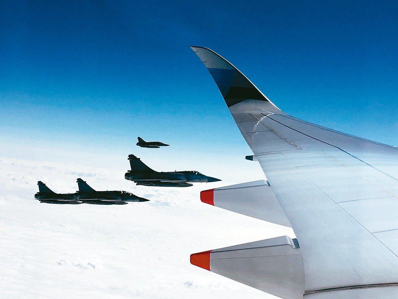 總統專機起飛後,4架幻象2000戰機由新竹空軍基地起飛伴飛至恆春。 記者周佑政/...