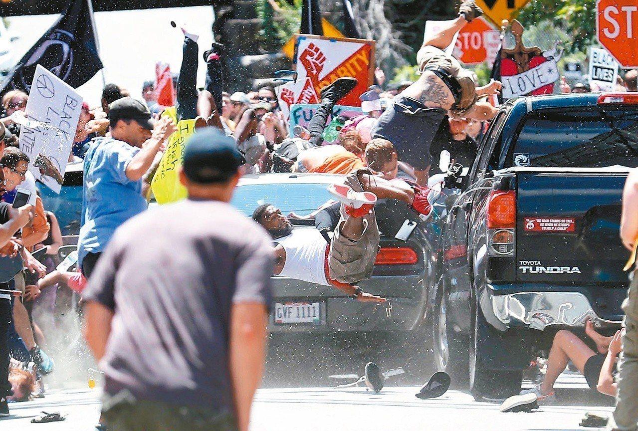 美國白人至上主義團體去年8月在維吉尼亞州夏洛茲維爾市遊行時,一輛汽車衝進人群造成...