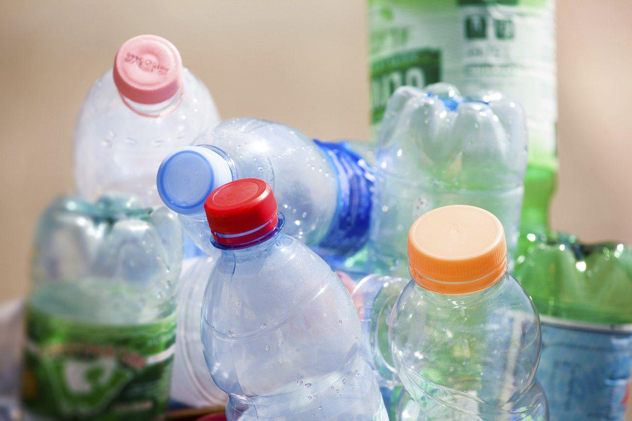示意圖。近期有英美的科學家開發出一種可以分解塑膠的酵素,最終有助於解決日益嚴重的...