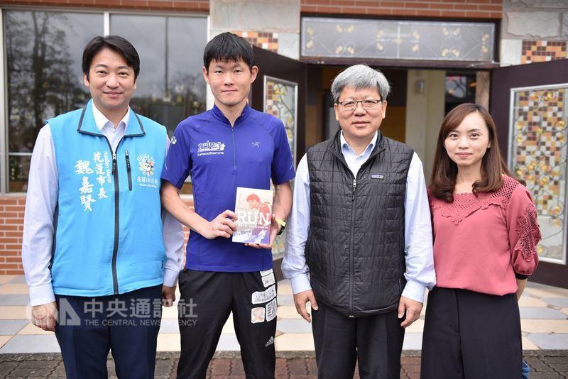 花蓮市長魏嘉賢(左)去年邀請日籍馬拉松選手井上真悟(左2)再訪花蓮,17日井上真...