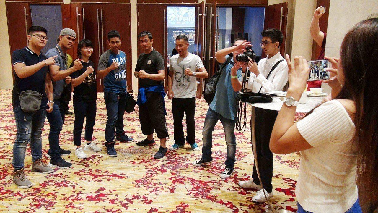台灣首位女性職業綜合格鬥選手黃偵玲(後左3),將於20日在大馬尼拉地區巴賽城出賽...