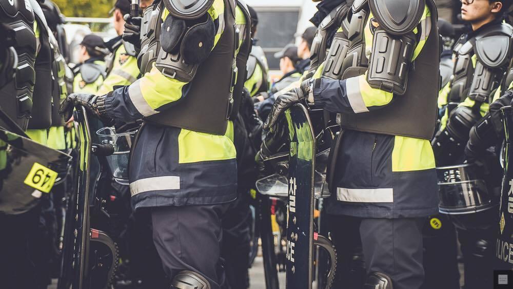 示意圖:遭遇船難的當事人,如今被迫變成派駐在追悼儀式現場的義務警察。那天晚上,他...