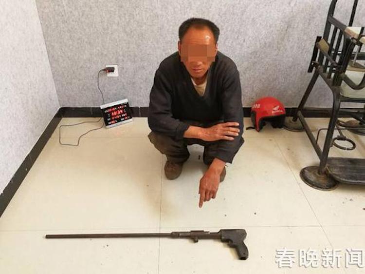 石男因非法私藏槍支遭逮捕。圖擷自新浪雲南