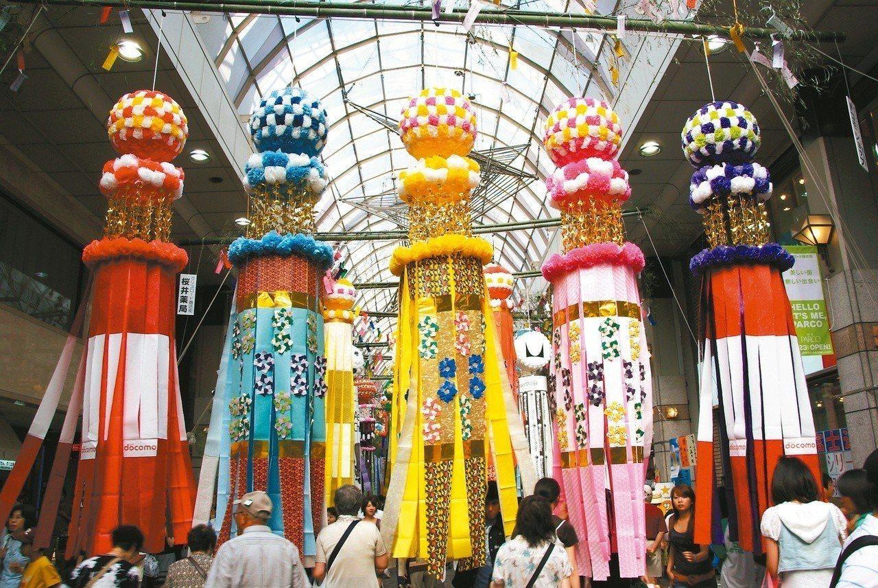 「仙台七夕祭」由和紙所做成的彩球彩紙,古典而華麗。圖/日本交流協會提供