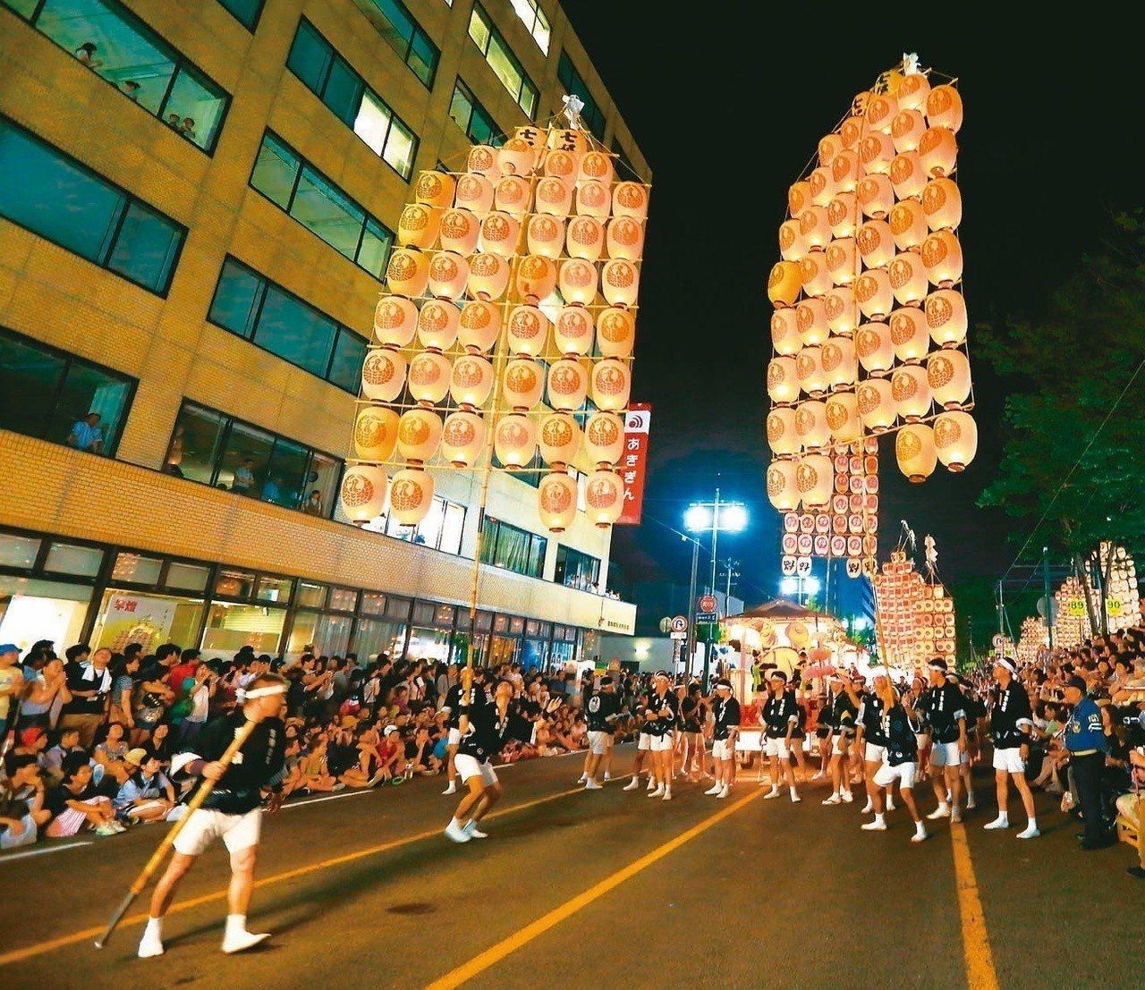 秋田竿燈祭。圖/太雅出版社提供