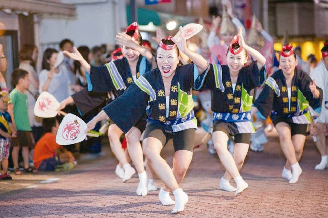 阿波踊舞是搭配舞者聲音及手部動作的集體舞蹈,表演時充滿歡快氣氛。圖/松山區公所提...