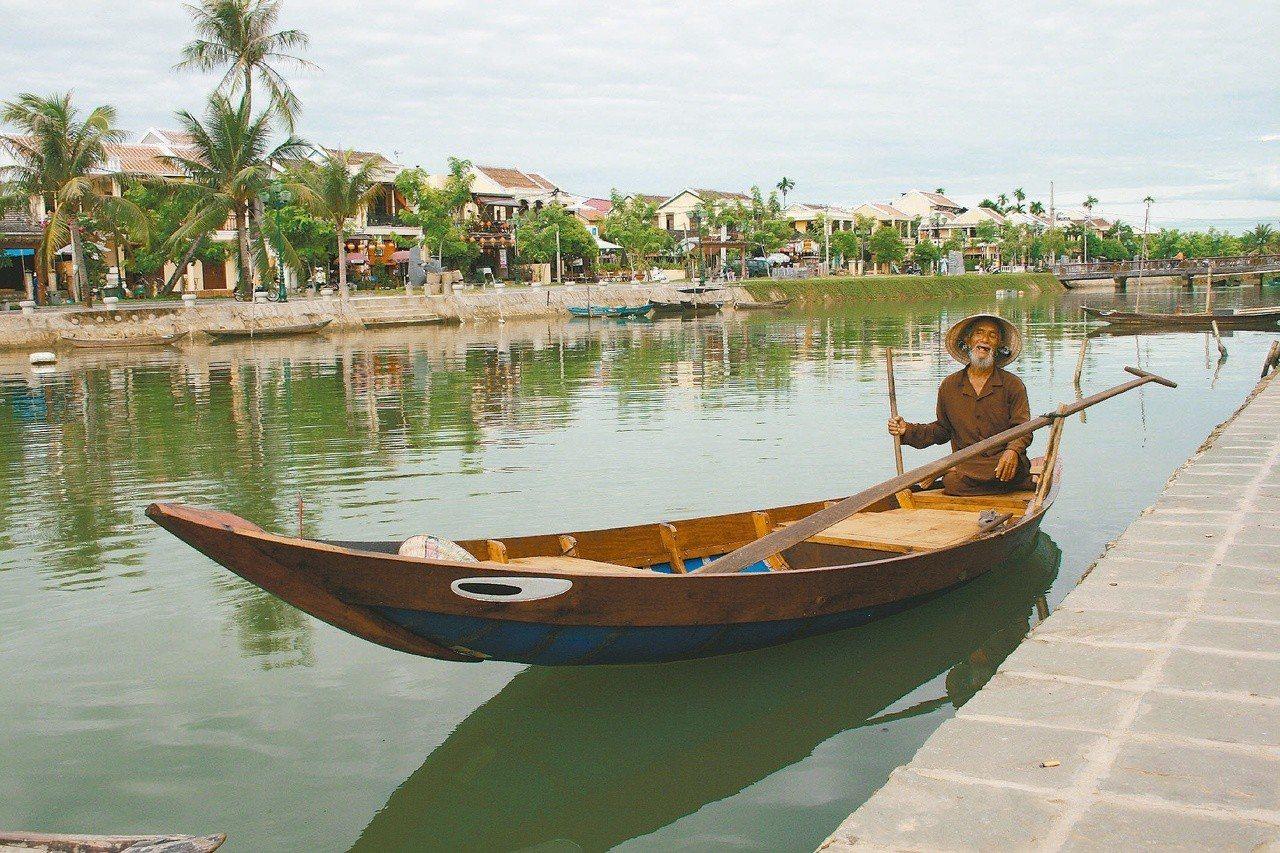 古城、河川與小舟,完全的中國味出現在越南會安古城。記者羅建怡/攝影