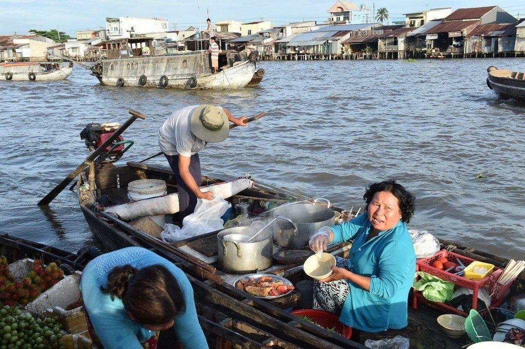 越南水上市上。圖/新華社照片