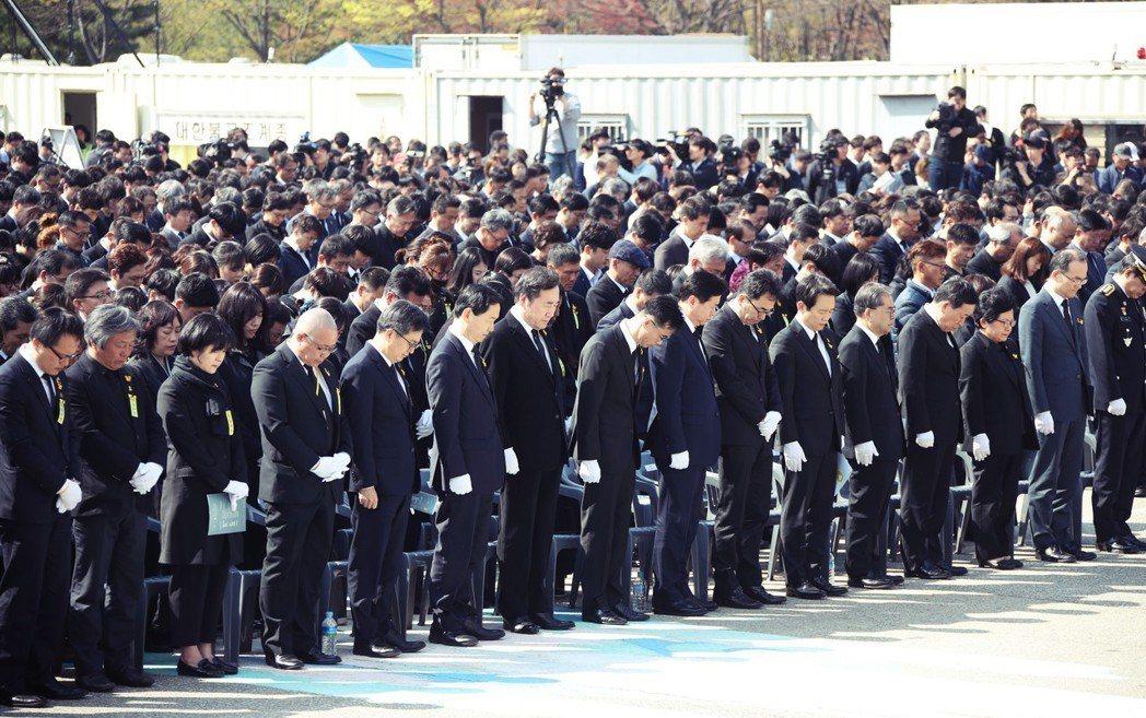 「建設嶄新大韓民國的決心,也從世越號開始。」16日在安山市追悼儀式,是由國務總理...