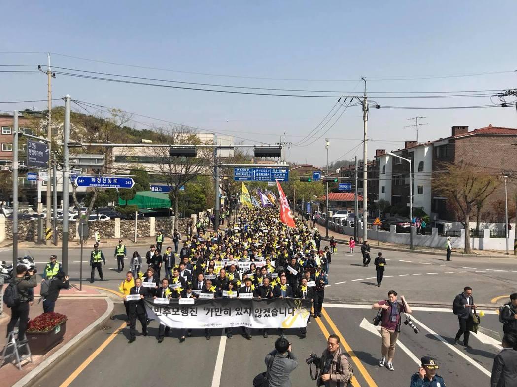有1,000多位民眾聚集,手舉「銘記與行動」、「不再沉默」、「不會忘記的」等標語...