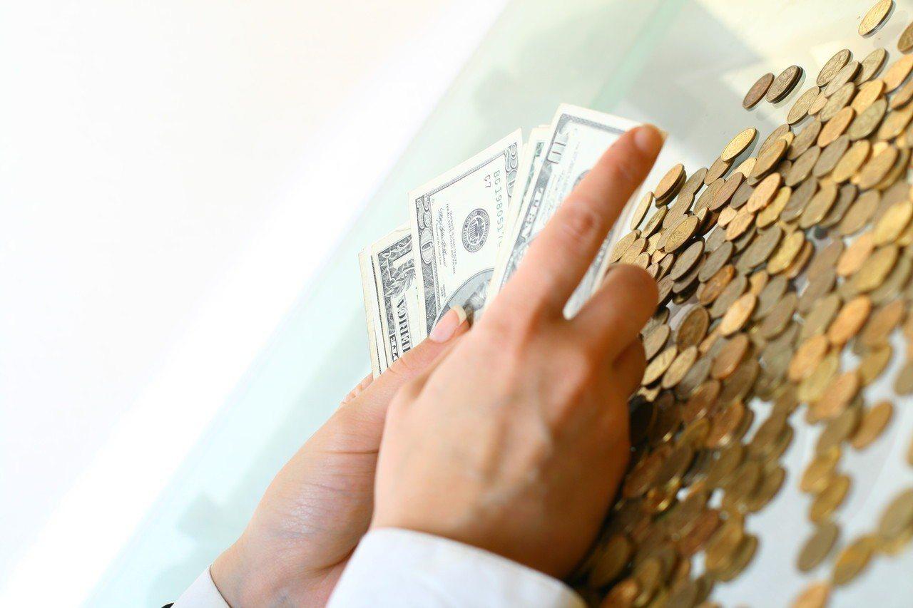 一名網友分享自己父母將房子過戶給自己與哥哥後,以房子貸款550萬,讓兄弟倆每月得...