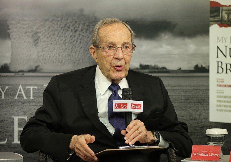 儘管培里已高齡90歲,思路仍十分清晰,雙眼炯炯有神,並提出警告「我們比冷戰時還接...