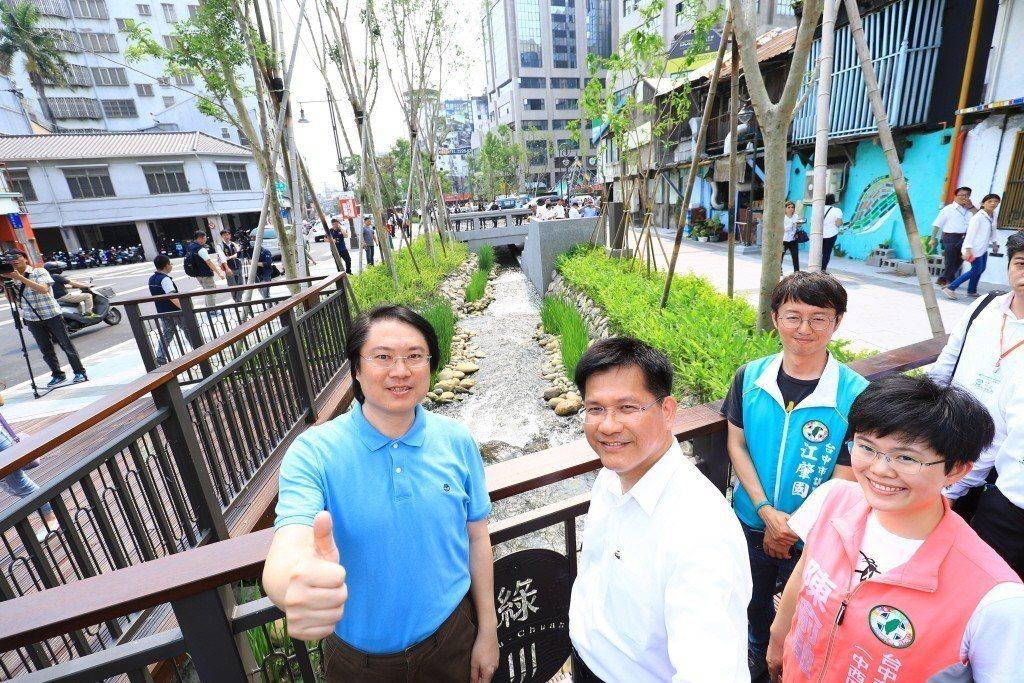 四月中,基隆市長林右昌(左)前往台中市參觀,稱讚綠川「絲毫不遜於韓國清溪川,兩者...