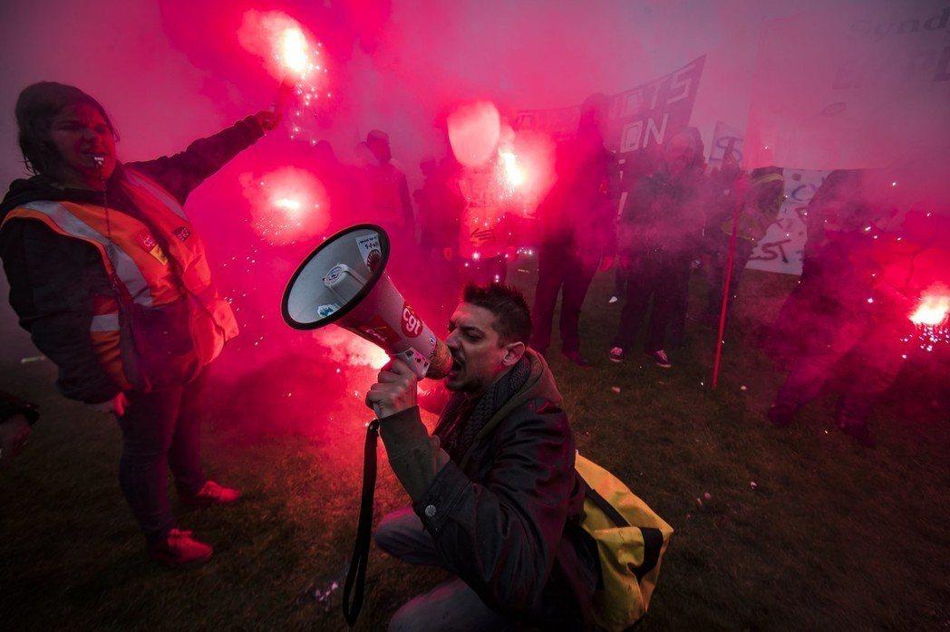 馬克宏在「法國國鐵改革」後拋出國會改革,時機點抓得剛好——摸摸頭,就可以讓人民冷...