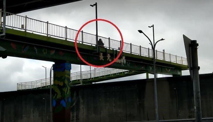 一名機車騎士為了省時,將機車騎進電梯後,還繼續騎上天橋前往河堤步道。 圖/取自《...