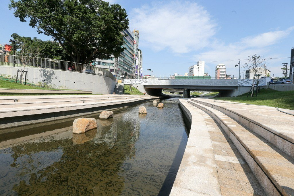 比起能夠「自在呼吸」的自然河川,柳川的河床本身仍不透水、沒有水路交接的濕潤濱水帶...
