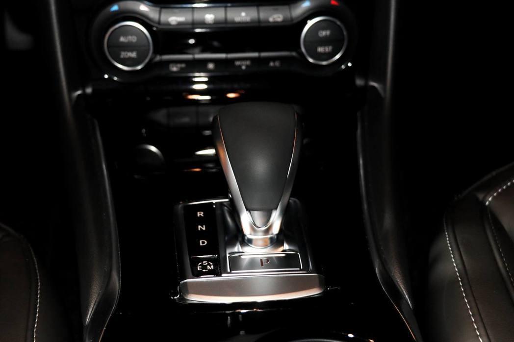 QX30搭配7速雙離合器自手排變速箱。 記者陳威任/攝影