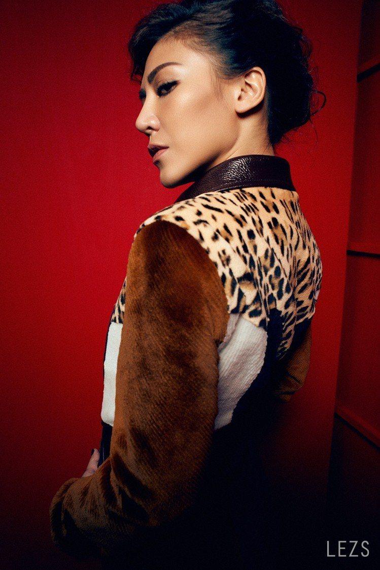 狂燄的紅色,正好是艾怡良認定的本命色,瀟灑地穿起紅色與豹紋皮外套,炯炯有神的眼眸...