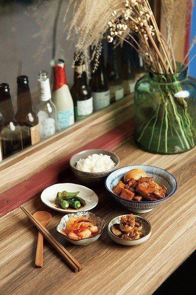 阿嬤焢肉飯240元/將平時在家吃過的簡單味道,再附上三款小菜,於融合家常的氛圍中...