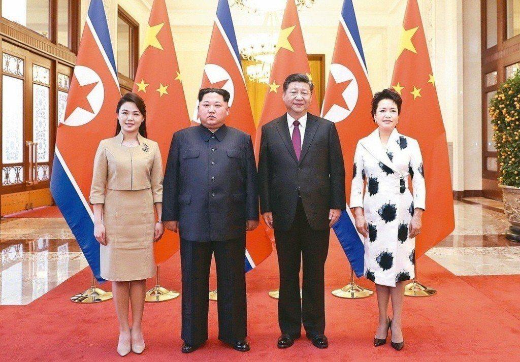 北韓領袖金正恩(左二)夫婦訪問北京,與大陸國家主席習近平和夫人彭麗媛合影。新華社...