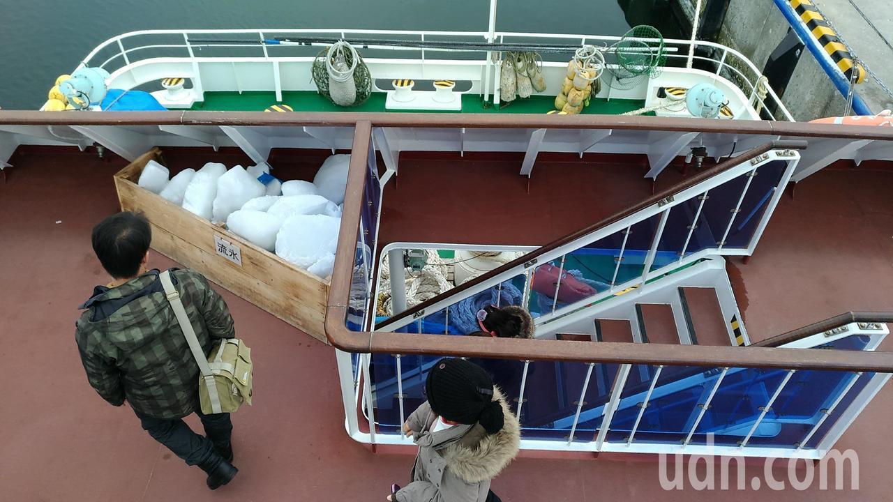 日本北海道網走破冰船,放置真的流冰,讓遊客觸摸、拍照。記者楊德宜/攝影
