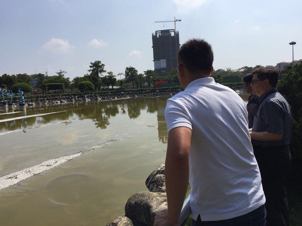 廠商評估豐樂公園水池清汙作業。圖/台中市建設局提供