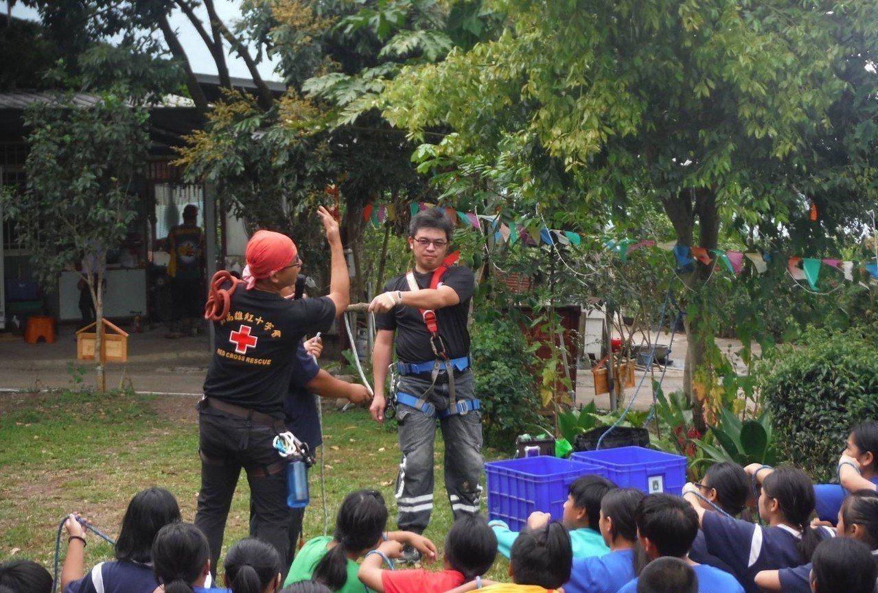 支援活動的紅十字會人員教導學生結繩技巧。記者徐白櫻/翻攝