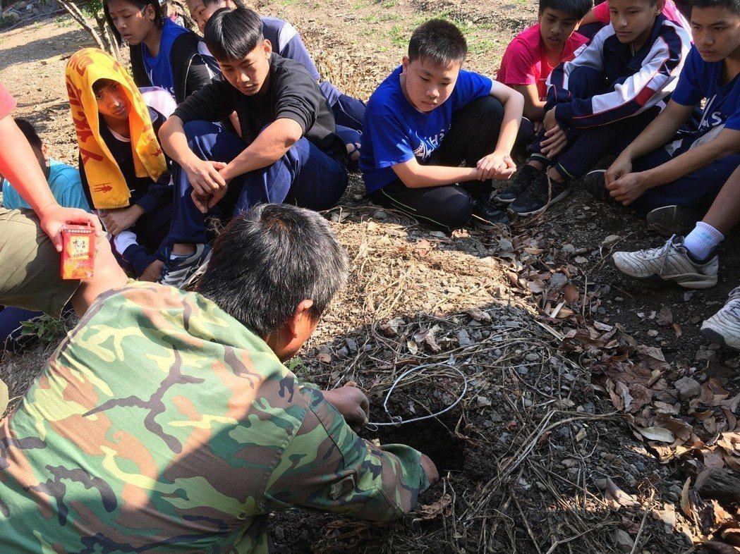 部落獵人教導演練學生製作捕獸陷阱。記者徐白櫻/翻攝