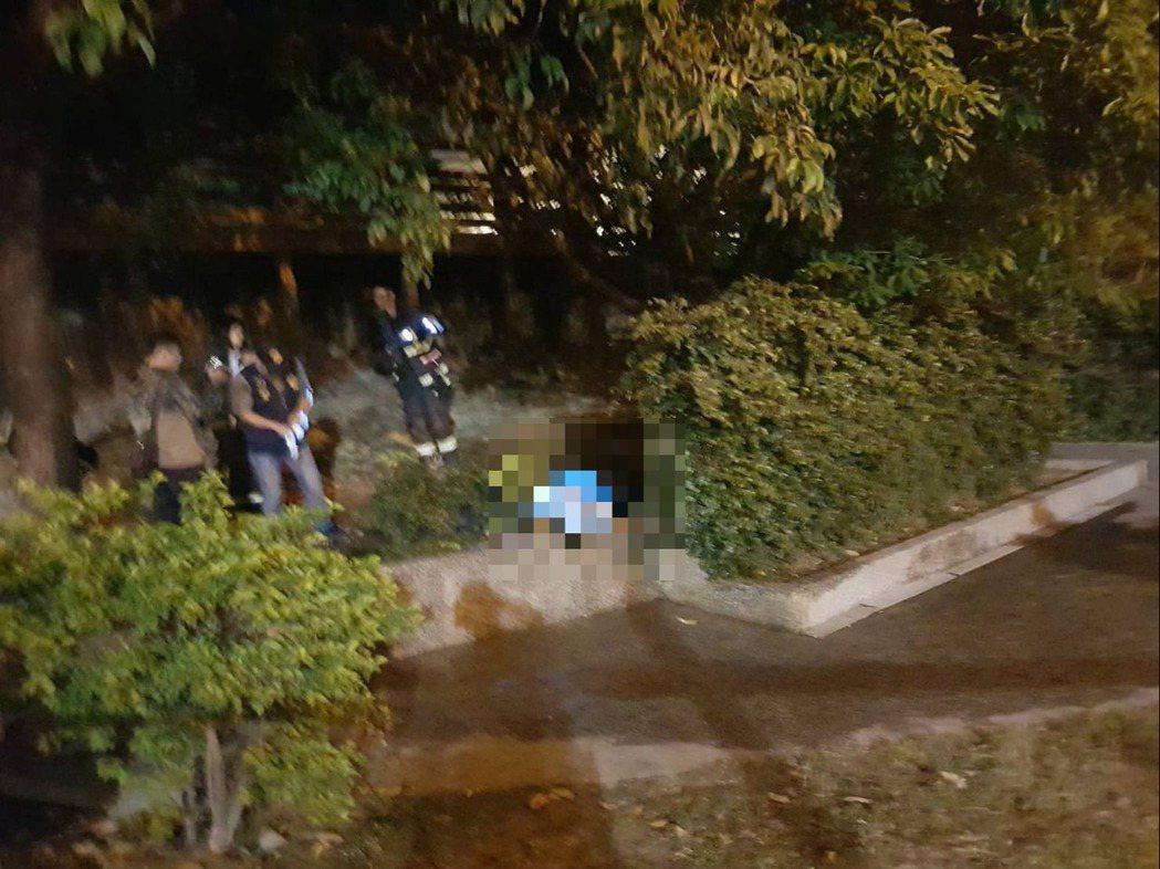 高雄市苓雅區生日公園今天凌晨火警,1老翁疑自焚死亡。記者林保光/翻攝