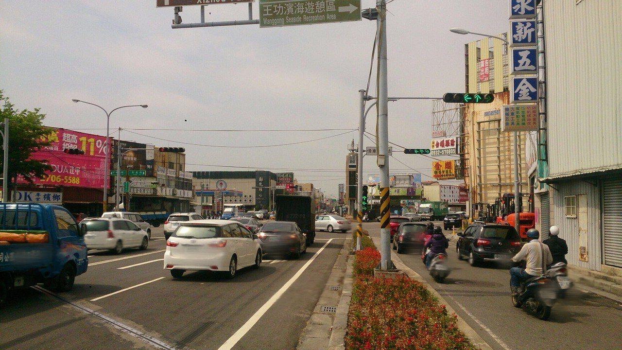 彰化市中華西路果菜市場附近路段,經常有往鹿港方向快車道上的汽車闖紅燈,危害慢車道...